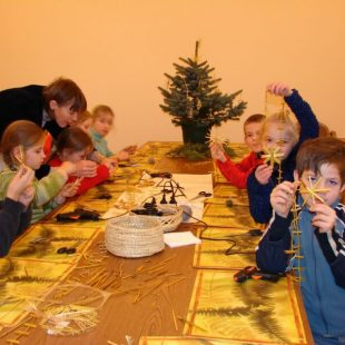 Decorate a Christmas tree with straw toys