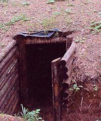 Atstatytas bunkeris ir paminklinis kryžius Obelių šile